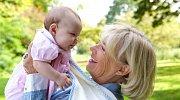 Místo, aby se věnovala vnoučeti, stala se znovu matkou.