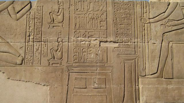 Rytina na zdech chrámu Kom Ombo. Některé nástroje používali lékaři ve starověkém Egyptě už 2200 let dříve, než byly nástroje známy ostatním civilizacím.