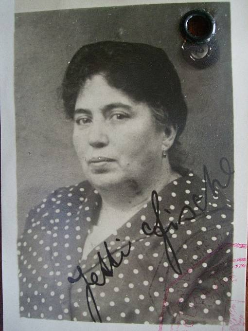 Jetty Fischerové (za svobodna Elingerová), matka Gisi Fleischmannové.