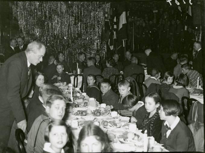 Nacisté o Vánocích rozdávali dětem jídlo a sladkosti.