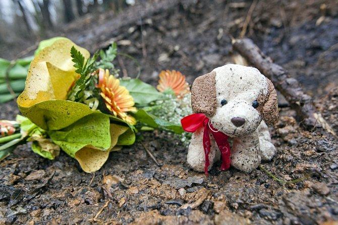 Pietní místo plné hraček a květin.
