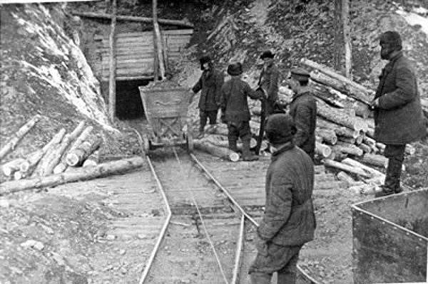 Vězni pracující ve zlatých dolech