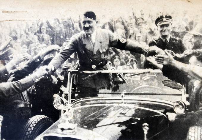 Hitler uměl rozdávat úsměvy, když se mu to hodilo.