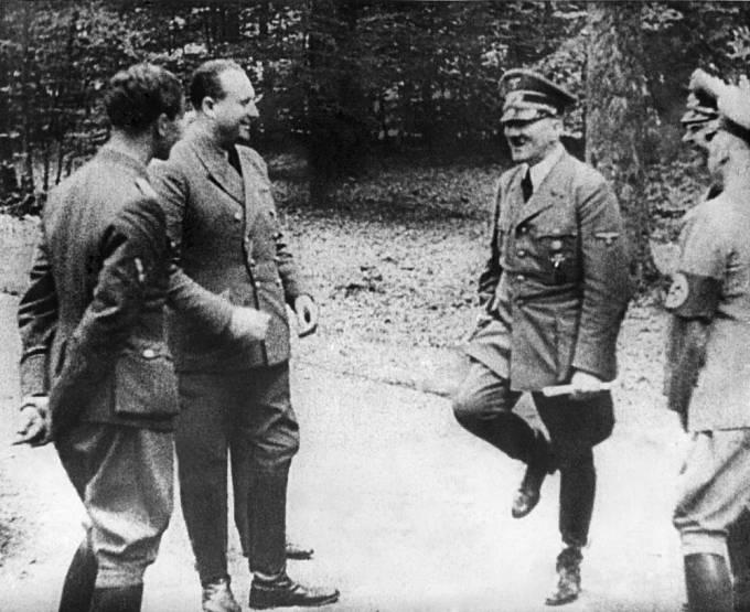 Vzácný moment, kdy Hitler pobavil své důstojníky tanečkem.