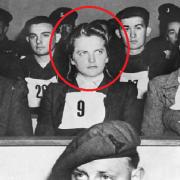"""Irma Grese, """"krásná bestie z Osvětimi"""", byla obžalována za zločiny proti lidskosti a odsouzena k testu smrti oběšením."""