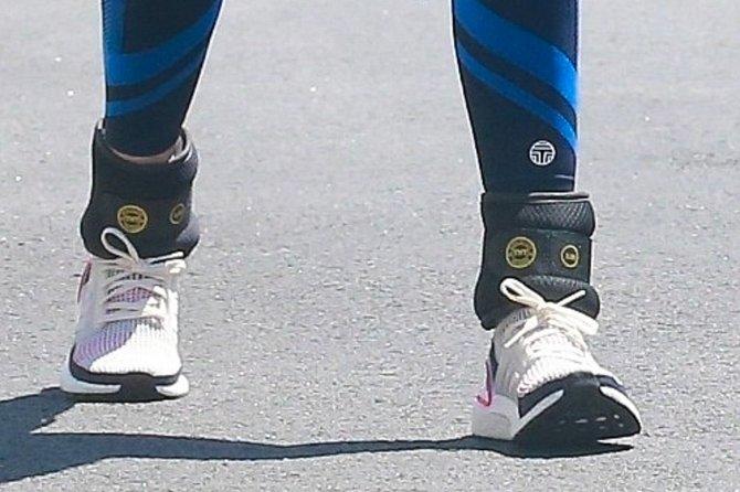 Jessica Alba nosí kotníkové zátěže.