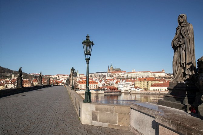 Praha je liduprázdná.