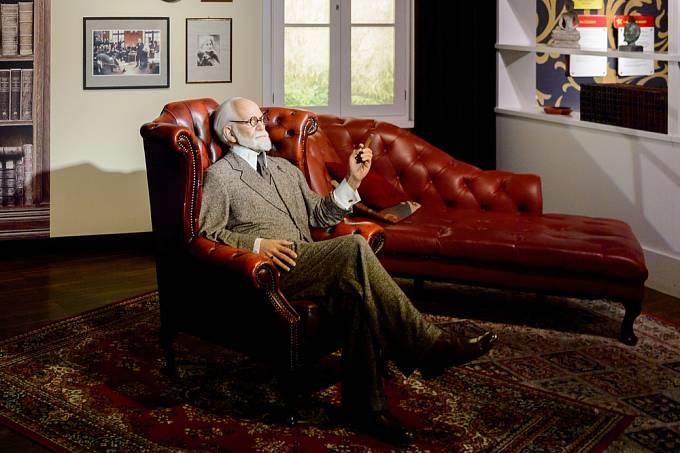 Sigmund Freud a pověstná pohovka, na kterou se jeho pacienti mohli pohodlně uložit