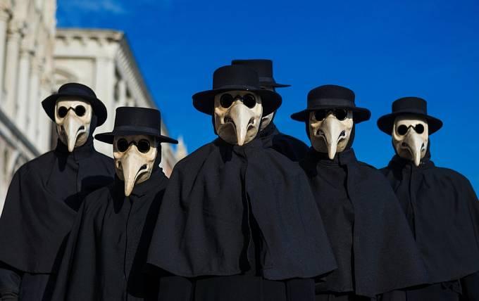 Imitace masek morových lékařů se dodnes nosí na karnevalech v Benátkách.
