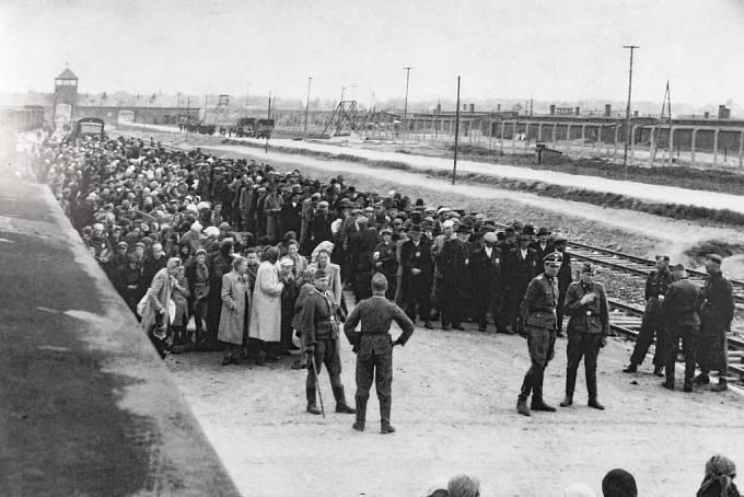 Koncentrační tábor Osvětim, další transport. Od konce března 1942 začaly do Osvětimi proudit židovské transporty z nacisty ovládaných zemí.