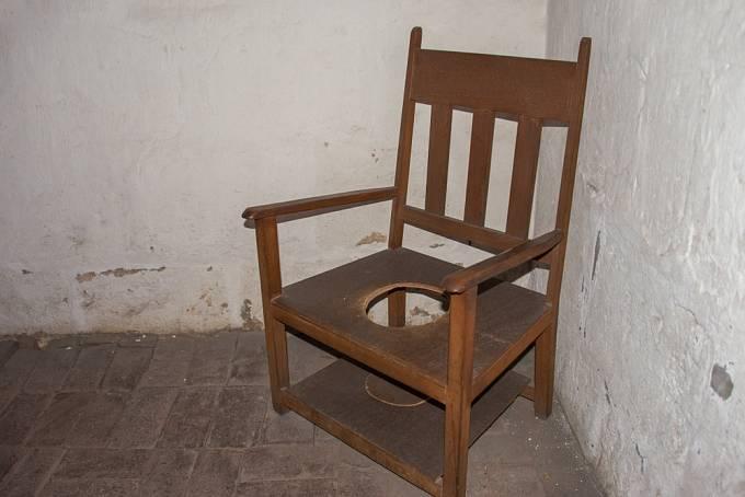 Vyměšovací židle v klášteře v Peru