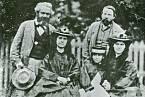 Rodinná fotografie, Friedrich Engels, Karl Marx a Marxovy dcery Jenny Caroline (1844–1883), Jenny Julia Eleanor (1855–1898), Jenny Laura (1845–1911).