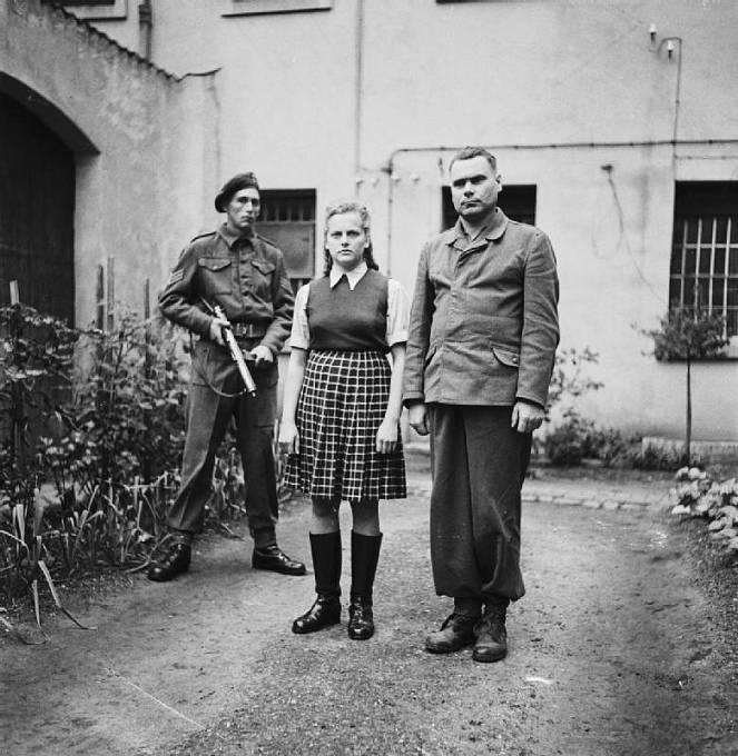 Irma Grese a Josef Kramer (velitel koncentračních táborů Auschwitz-Birkenau a Bergen-Belsen) ve vězeňské cele, srpen 1945.
