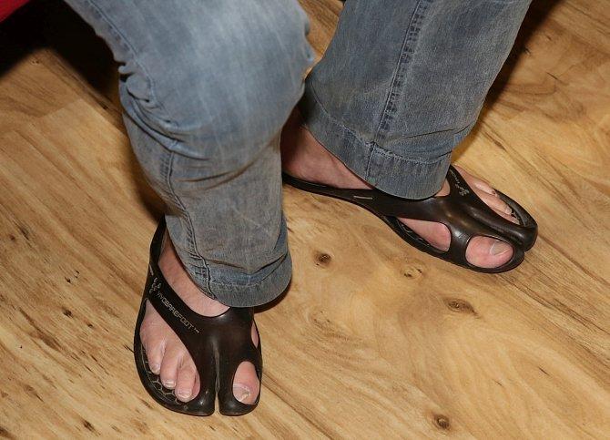 Jaroslav Dušek chodí nejradši bos, nepohrdne ani netradiční zdravotní obuví.