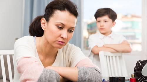 Nevlastní syn jí dělá ze života peklo.