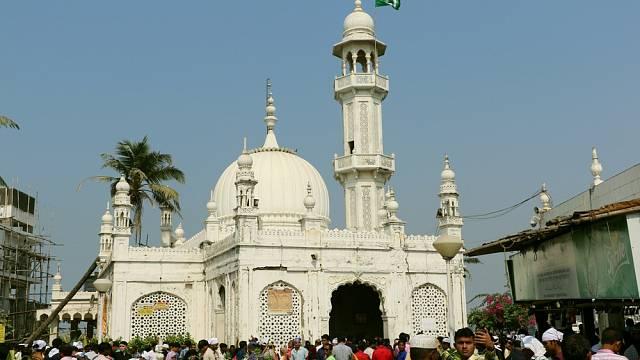 Mešita byla postavena v 19. století a ukrývá hrobku svatého Pir Haji Ali Shah Bukhari