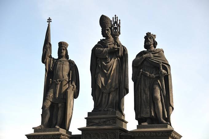 Sochy Václava IV., jeho bratra Zikmunda a sv. Norberta