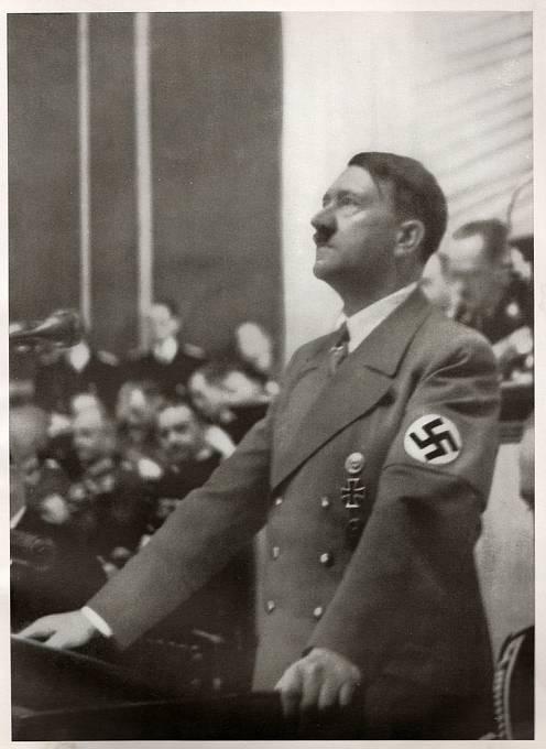 Adolf Hitler chtěl mít vedle sebe hloupou ženu, která mu nebude mluvit do politiky.
