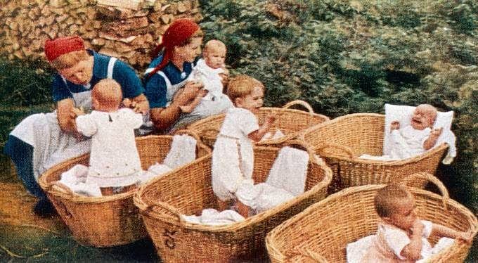 Děti narozené v programu Lebensborn biologické rodiče nikdy nepoznaly.