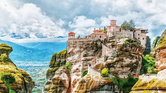 Monastýry na vrcholcích slepencových skal se těší velkému obdivu u turistů z celého světa