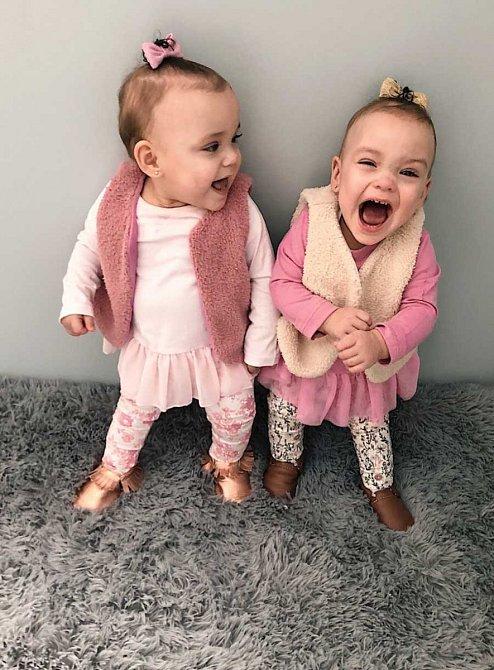 Dvojčata se narodila předčasně. Dnes je jim rok.