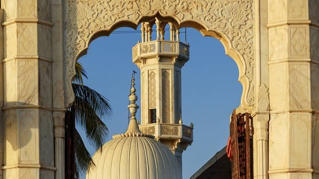 Haji Ali Dargah má oddělené modlitební místnosti pro muže a ženy