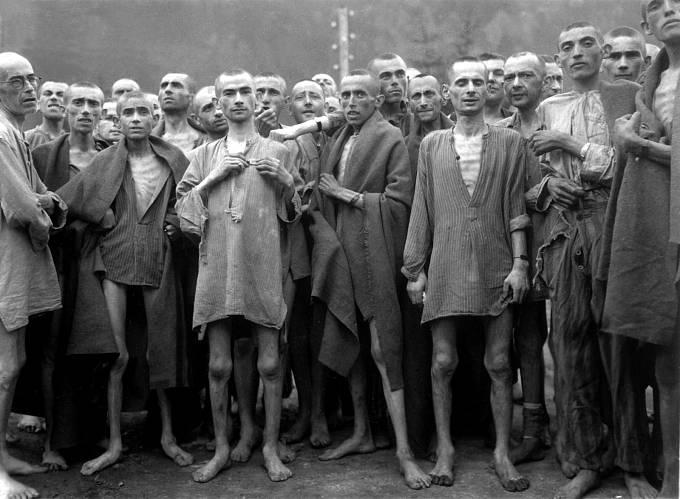 Vězni z pobočného koncentračního tábora Ebensee, který patřil pod hlavní tábor Mauthausen. Celkový počet mauthausenských vězňů se odhaduje na 199 404, z nichž na 119 000 zemřelo. Mezi nimi bylo 38 120 židů.
