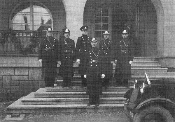 Četníci před Vsetínskou sokolovnou, 30. léta 20. století