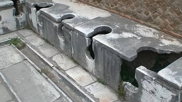 Veřejné latríny existovaly ve starém Římě.