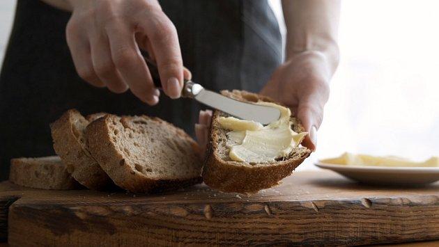 Čerstvé máslo nejlépe chutná na krajíci čerstvého chleba.