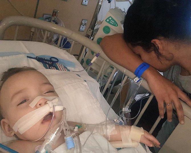 Dvojčata se narodila předčasně a Ema má dodnes potíže s dýcháním. Po operaci se ale její stav zlepšil.