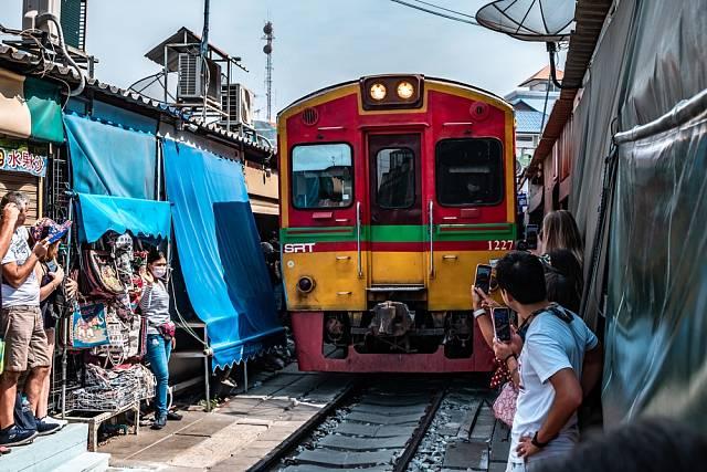 Davy turistů postávají podél kolejí a vášnivě tuto raritu fotí a natáčí