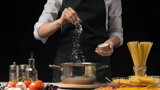 Opravdu musíme sypat sůl do každého hrnce?
