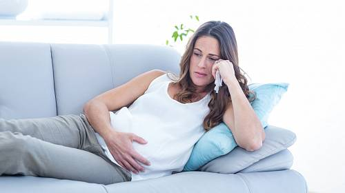 Manžel ji opustil v osmém měsíci těhotenství.