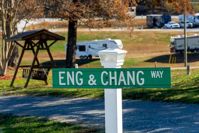 Jedna z cest v Severní Karolíně nese dodnes jméno slavných siamských dvojčat.