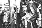 Další z odsouzených dozorkyň ze Stutthofu před popravou oběšením (Wanda Klaff a Elisabeth Becker)