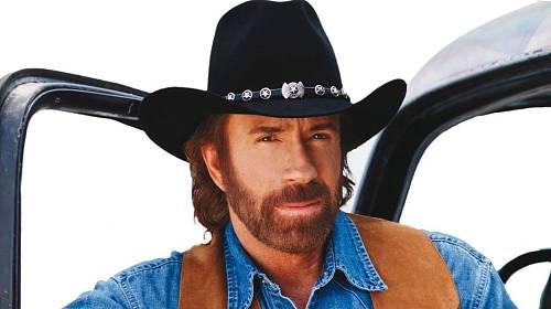 Vtipy - satiriské faktoidy - udržují celá desetiletí Chucka Norrise na výsluní