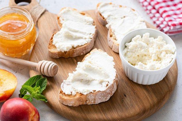 Krajíc chleba s ricottou patří mezi zdravé svačinky.