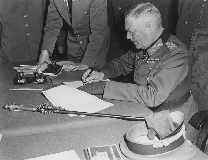 Maršál Keitel při podpisu kapitulace Německa