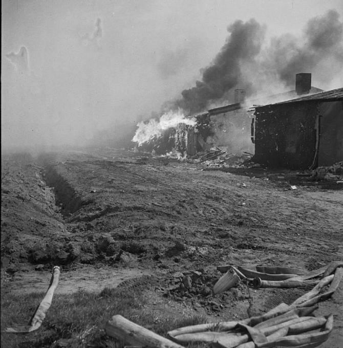 Osvobození Bergen Belsenu, po vyklizení budov byly následně spáleny, aby se zabránilo šíření nemocí.