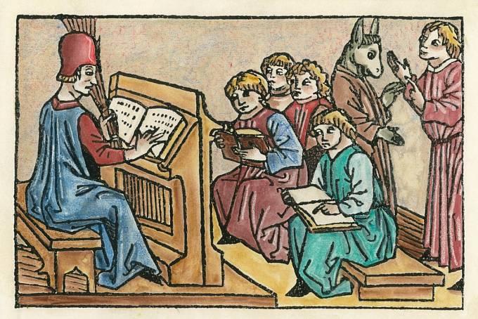 Žáci sedávali na dřevěných lavicích bez opěradel.