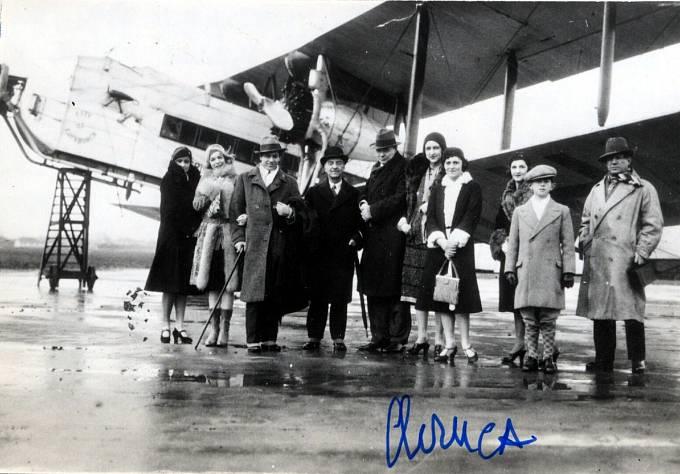 Pablo Picasso s manželkou Olgou, synem a členy ruského baletu.