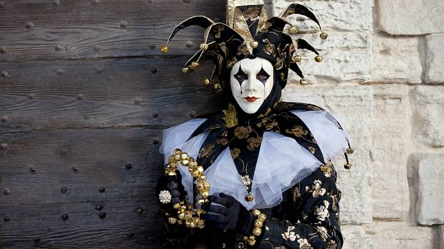 Žena v kostýmu šaška na festivalu v Benátkách