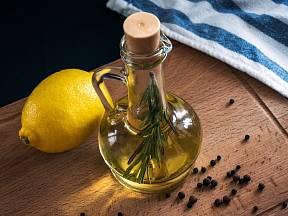 Olivový olej a citron patří mezi superpotraviny.
