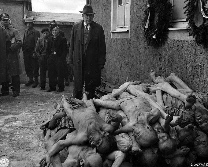 Mrtvá těla objevená po osvobození tábora v dubnu 1945. Americký senátor Alben W. Barkley pozoruje 24. dubna 1945 hrůzy koncentračního tábora Buchenwald.