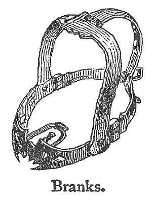 Každá maska měla výběžek, který se zasunul do úst a znemožnil mučené mluvit.