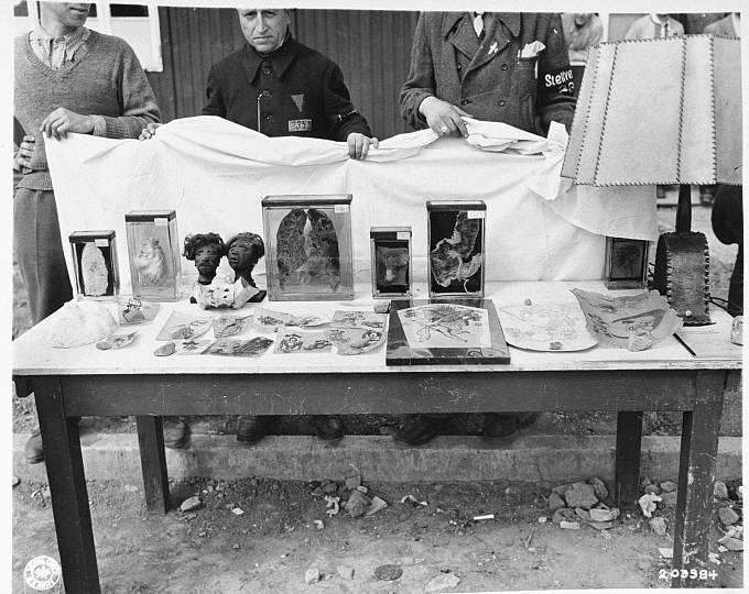 """""""Upomínkové"""" předměty vyrobené z lidských ostatků."""