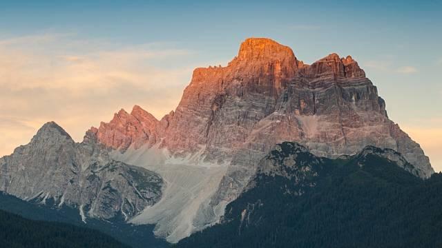 Mount Pelmo, zabarvení hor (enrosadira) při vychodu či západa slunce, Dolomity Itálie
