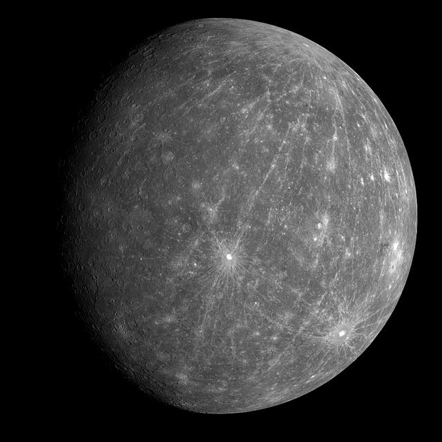 Měsíc Titan je větší než planeta Merkur.