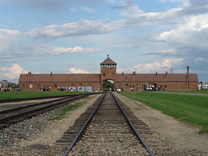 Hlavní brána tábora Auschwitz-Birkenau